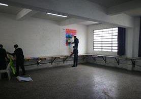 Después de sacar sus escritorios al patio los estudiantes retiran el material de clase.(Foto Prensa Libre: José Patzán)