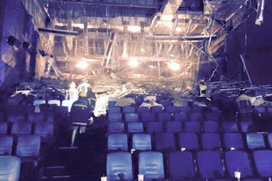 Sala de cine se inunda en Filipinas. (Foto Prensa Libre: @EarlCaves)