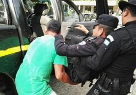 Un vecino y un agente policial trasladan al herido al seguro social de Escuintla. (Foto Prensa Libre: Carlos Paredes)