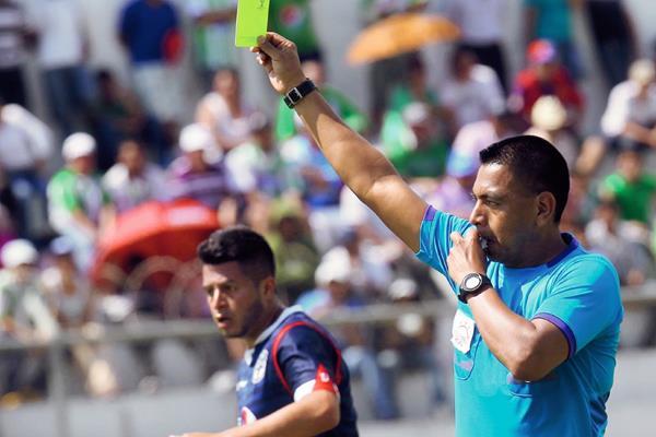 Walter López será el encargado de dirigir el partido entre Malacateco y la Universidad en el único encuentro que se disputará el domingo. (Foto Prensa Libre: Hemeroteca PL)