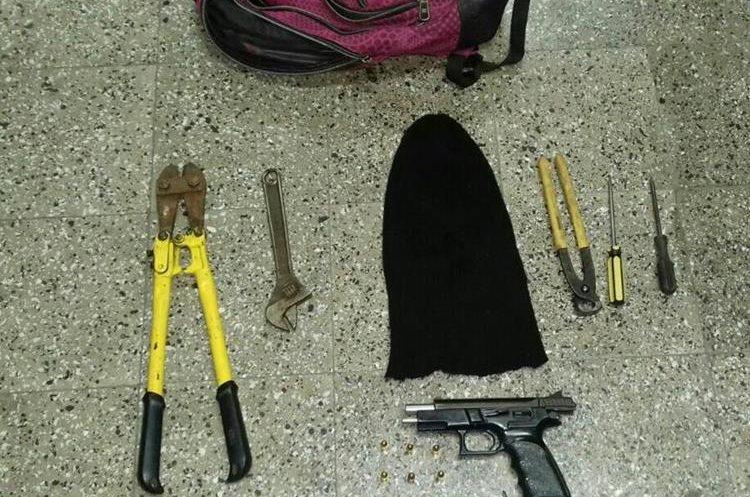 Las herramientas y el arma de fuego que se les decomisó a los detenidos. (Foto Prensa Libre: Hugo Oliva)