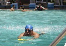 Las piscinas del Club Deportivo Los Arcos, zona 13 de la capital, es una de las opciones que prefieren las personas para refrescarse durante esta época.(Foto Prensa Libre: Pablo Requec)