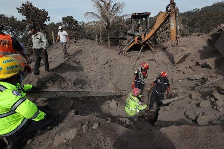 En San Miguel Los Lotes, Escuintla, con mucha precaución se trata de sacar material de las viviendas donde hay esperanza de encontrar personas con vida.