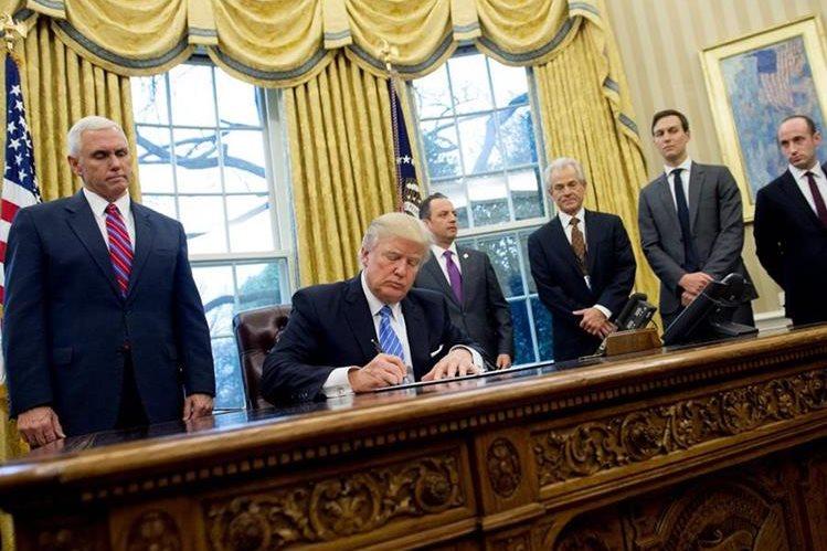 El nuevo decreto de Trump causó reacciones contrarias. (Foto Prensa Libre: AFP)