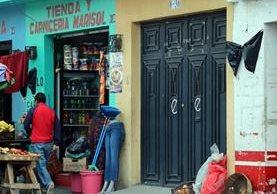 Vecinos y comerciantes de la 3a. calle, zona 2 de Xelajú, colocaron moñas negras en sus negocios como muestra de repudio por el asesinato del comerciante Rolando Cuc, de 37 años. (Foto Prensa Libre: Carlos Ventura)
