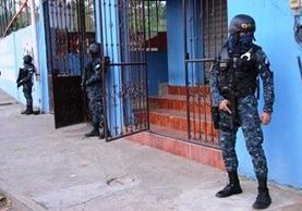 """Agentes de la PNC rodean viviendas allanadas en Ocós y Pajapita, San Marcos, en busca de presuntos integrantes de la banda delincuencial """"los H"""". (Foto Prensa Libre: PNC)"""