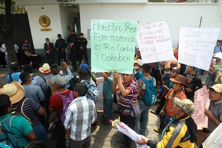 Frente a la embajada de España los pobladores de Alta Verapaz protestan en denuncia de florentino Pérez, un español propietario de las hidroeléctricas Oxec y Oxec 2. (Foto Prensa Libre: Álvaro Interiano)