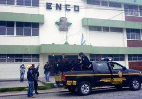 El maestro Ronald Jonatán Gómez Chávez fue capturado en el interior del establecimiento, en donde supuestamente abusó sexualmente de un estudiante. (Foto Prensa Libre: Carlos Ventura)
