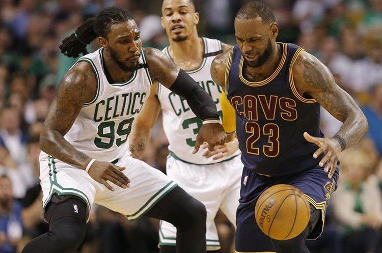 Acciones del juego Celtics - Boston, en el primer juego de la final de la Conferencia del Este. (EFE)