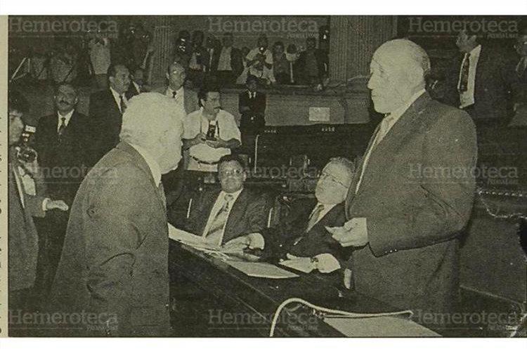 El diputado Enrique Guillén Funes (izquierda), discute con el representante Carlos García Porras después que éste le diera una bofetada en el rostro el 5/9/1993. (Foto Hemeroteca PL)