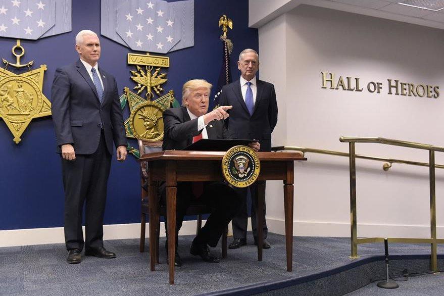 Trump firma decreto contra musulmanes de siete países. (AFP)