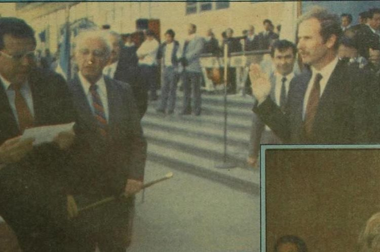 En 1986 Álvaro Arzú fue juramentado por primera vez alcalde de la Ciudad de Guatemala para un período de cinco años. A pesar de que ganó la alcaldía en 1982, no pudo asumir por el golpe de Estado que encabezó Efraín Ríos Montt. Obtuvo la victoria con 160 mil 17 votos. (Foto: Hemeroteca PL)