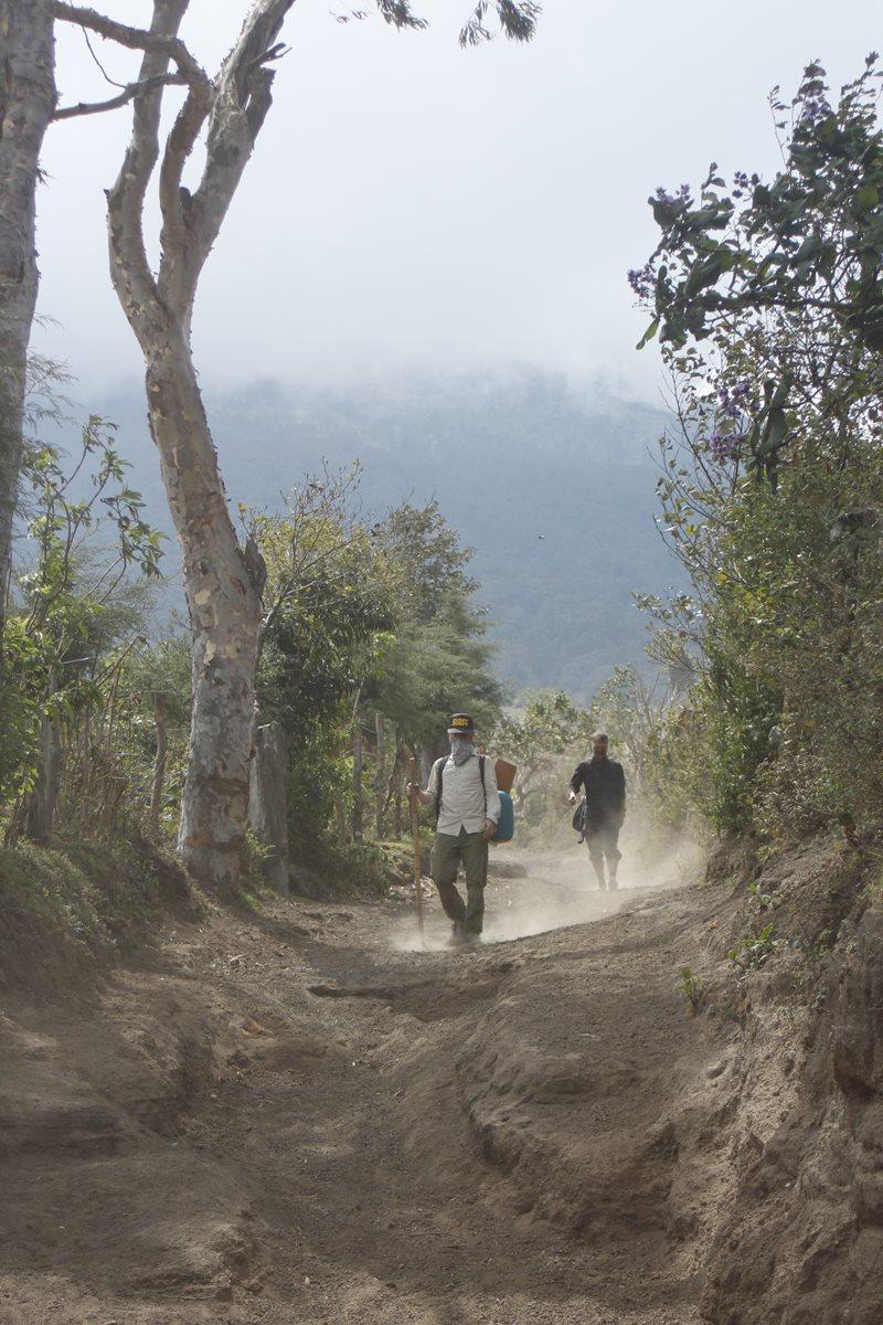 Turistas ascienden el volcán Acatenango. (Foto Prensa Libre: Víctor Chamalé)