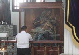 Feligrés observa imagen de Nuestra Señora de la Piedad, que saldrá en procesión el Jueves Santo. (Foto Prensa Libre: Oscar Rivas).