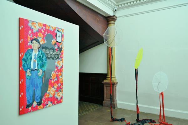 La muestra ofrece un serie de cuadros dedicados a literatos guatemaltecos. (Foto Prensa Libre: Ángel Elías)