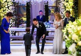 La madre de Lionel Messi, Celia María Cuccittini, llegó a la boda de su hijo con un traje de color parecido al de la novia, lo que la convirtió en blanco de críticas. (Foto Prensa Libre: AFP)
