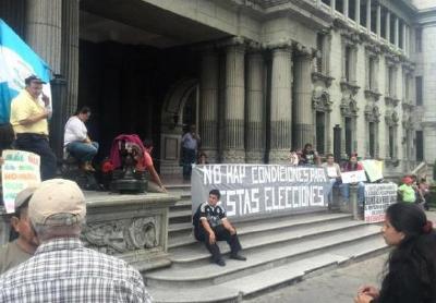 Algunos manifestantes ya se encuentran frente al Palacio Nacional. (Foto Prensa Libre: Jerson Ramos)