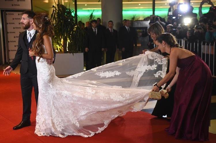 El vestido de Antonella con corte de sirena era de encaje pegado sobre un tul, el escote de adelante en forma de corazón (Foto Prensa Libre: AFP/EITAN ABRAMOVICH)