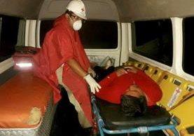 Cruz Roja atiende a pescador que estuvo más de 12 horas en alta mar. (Foto Prensa Libre: Dony Stewart)