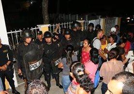 Agentes antimotines resguardan la Municipalidad de San Martín Zapotitlán. (Foto Prensa Libre: Rolando Miranda)