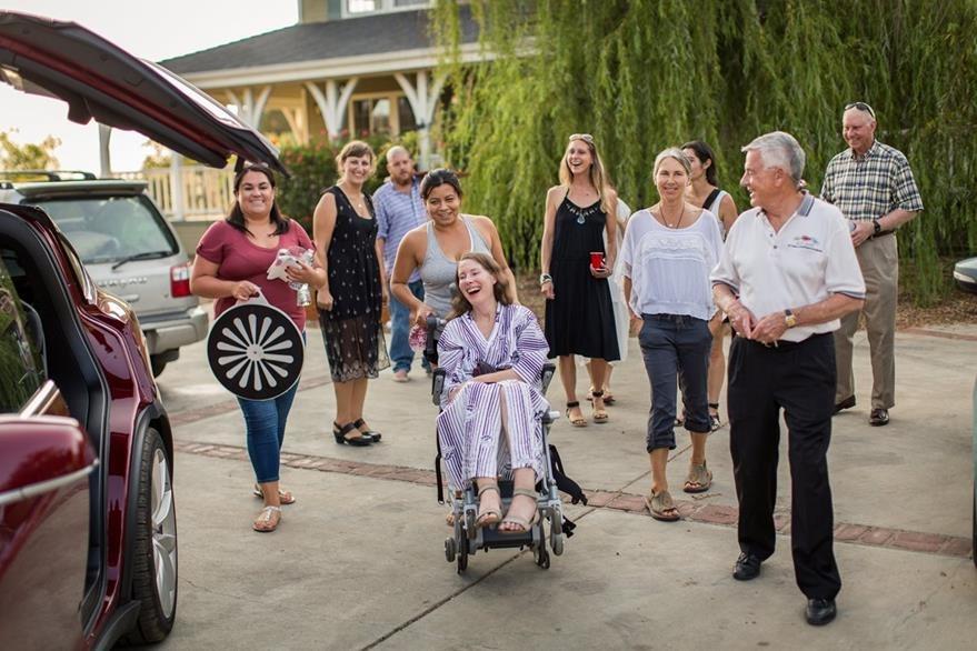 Davis es rodeada por los asistentes a su fiesta y la única condición que puso fue que nadie llorara frente a ella. (Foto Prensa Libre: AP).