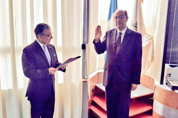Édgar Balsells Conde fue juramentado ante la junta directiva del IGSS, por el presidente de la institución, Carlos Contreras (Foto Prensa Libre: Cortesía IGSS).