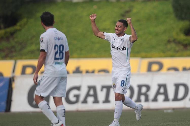 Estrada marcó el gol del triunfo para los cremas esta tarde en el Cementos. (Foto Prensa Libre: Norvin Mendoza)