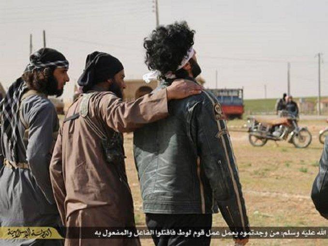 """Otra vista de cuando los yihadistas """"consuelan"""" a los dos hombres previo a ser ejecutados. (Foto Prensa Libre: Internet)."""