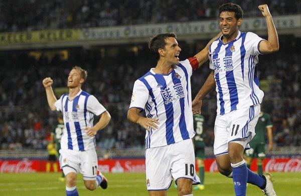 El delantero mexicano de la Real Sociedad Carlos Vela (d) celebra junto a Xabi Prieto (c). (Foto Prensa Libre: EFE)