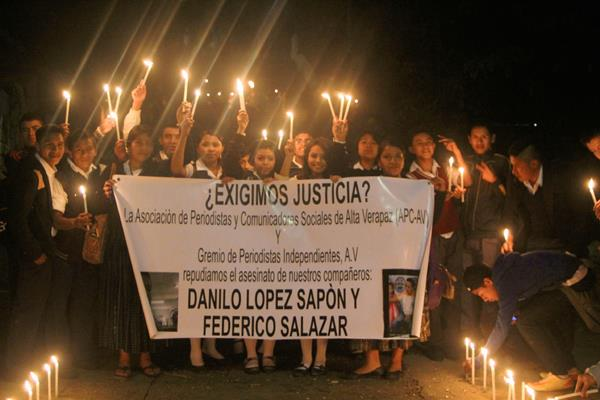 Estudiantes de establecimientos participan en la quema de velas para solidarizarse con familiares de periodistas muertos. (Foto Prensa Libre: Martín Tax)