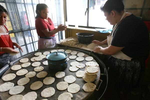 En Sololá el precio actual de las tortillas es de Q0.25 (Foto Prensa Libre: Hemeroteca)