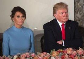 Melania, primera dama de EE. UU., junto a su esposo, el presidente Trump, durante los festejos de la toma de posesión el 20 de enero reciente. (Foto Prensa Libre: AFP).
