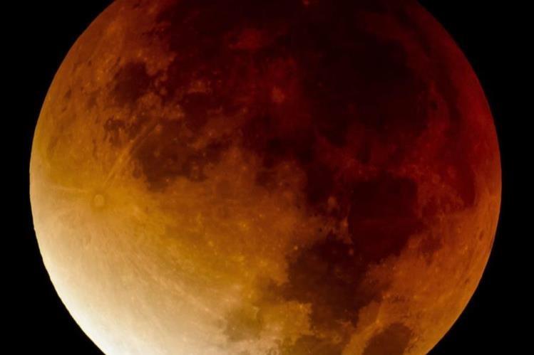Miles de curiosos se deleitaron con el espectáculo lunar. (Foto Prensa Libre: EFE).