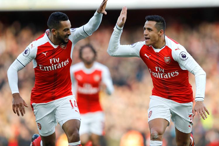 El delantero chileno Alexis Sánchez celebra uno de los dos goles que anotó para el triunfo del Arsenal. (Foto Prensa Libre: AP)