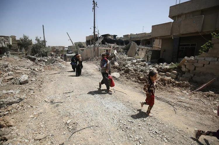 Durante la ofensiva militar contra el Estado Islámico, iraquíes abandonan Mosul.(Foto Prensa Libre:AFP).
