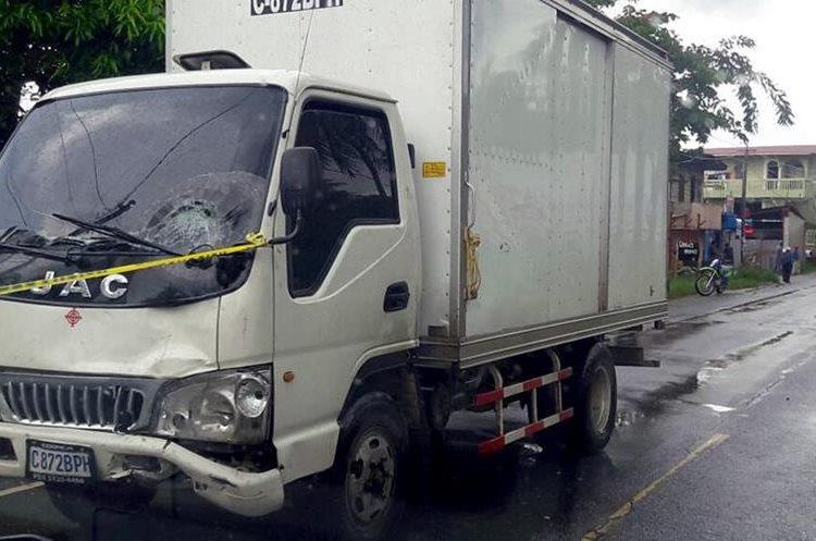 El piloto del camión huyó del lugar al ver a la menor sin vida. (Foto Prensa Libre: Dony Stewart)