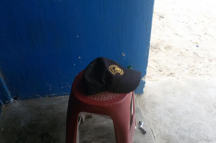Gorra del guardia penitenciario que fue secuestrado. (Foto Prensa Libre: Mario Morales)