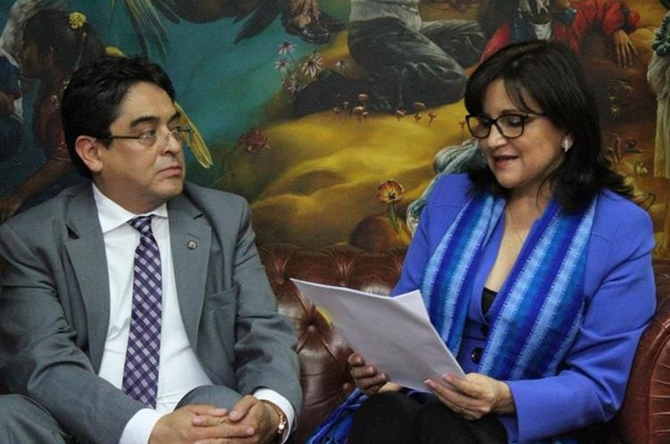 El procurador Jordán Rodas durante reunión con la magistrada de la CC, Gloria Porras. (Foto Prensa Libre: PDH).