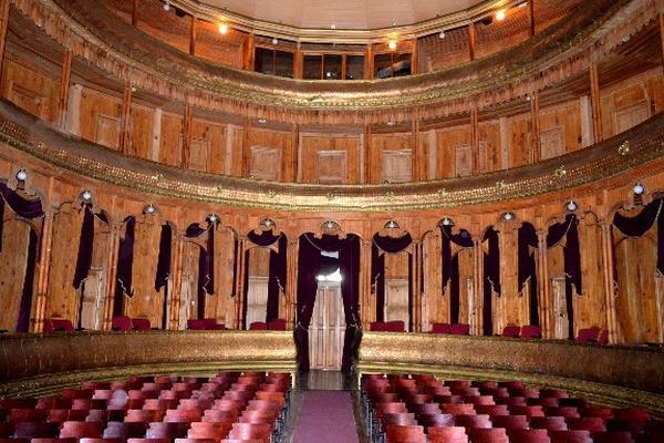 LA Sala del teatro fue restaurada hace una década, y se mantiene bien cuidada.