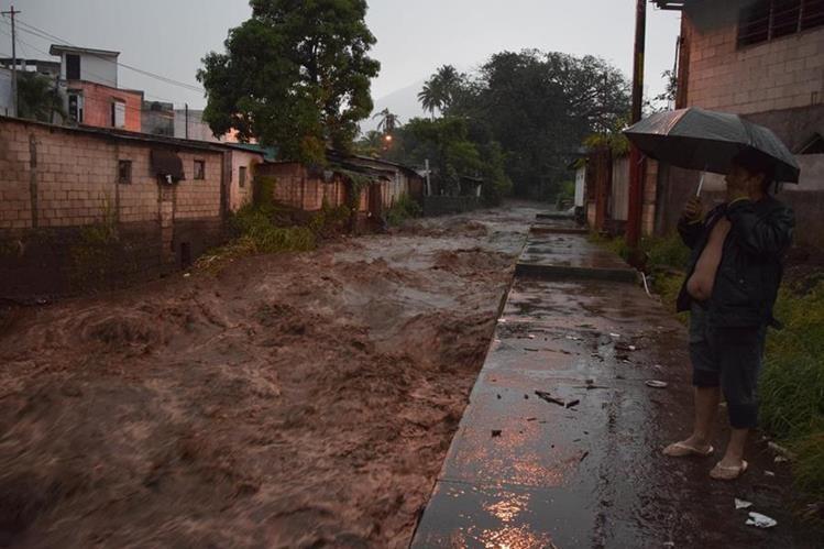 Pobladores de la cabecera de Escuintla se alarmaron por la crecida de varios ríos. (Foto Prensa Libre: Carlos E. Paredes)