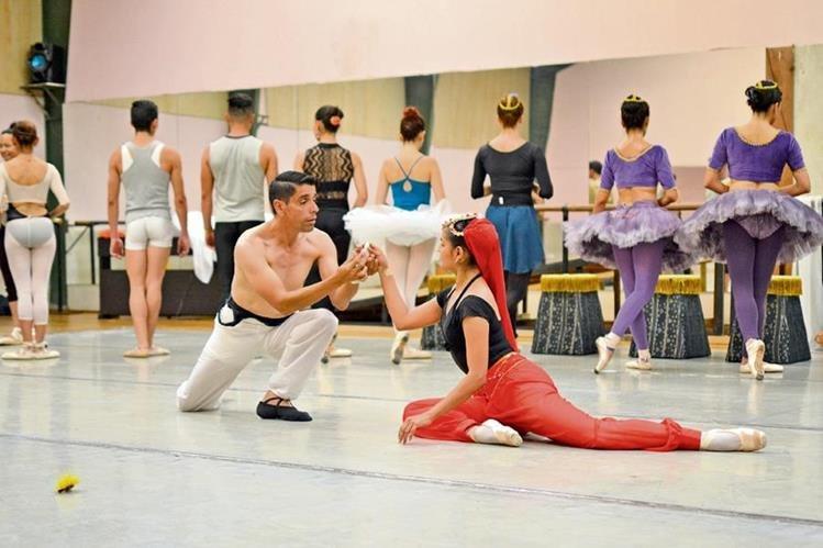 Solor se enamora de Nikiya, una bailarina sagrada del templo, quien muere envenenada. (Foto Prensa Libre: Ángel Elías)
