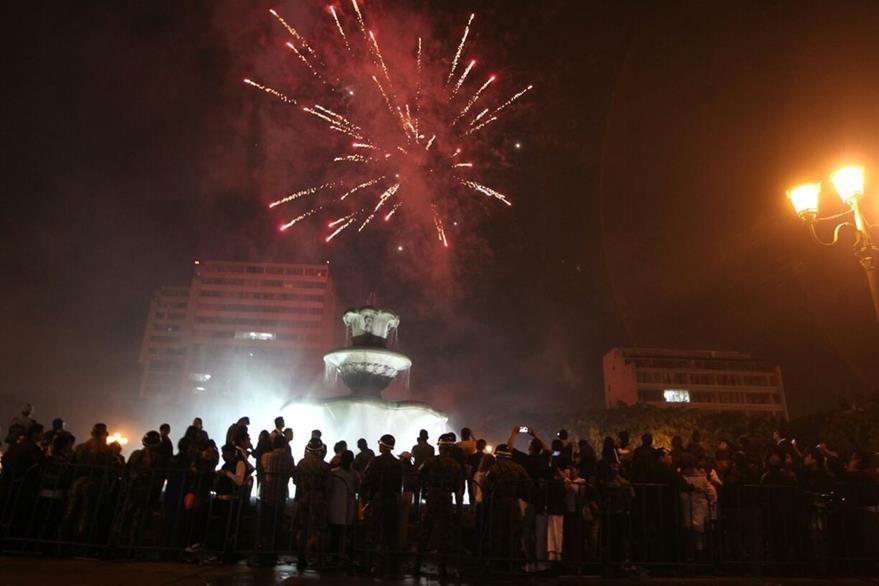 Fuegos artificiales al cierre de los actos oficiales. (Foto Prensa Libre: Óscar Rivas)