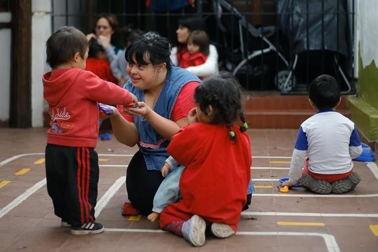 Noelia Garella, la maestra con síndrome de Down, interactúa con sus alumnos en una escuela en Argentina. (Foto Prensa Libre: AFP).