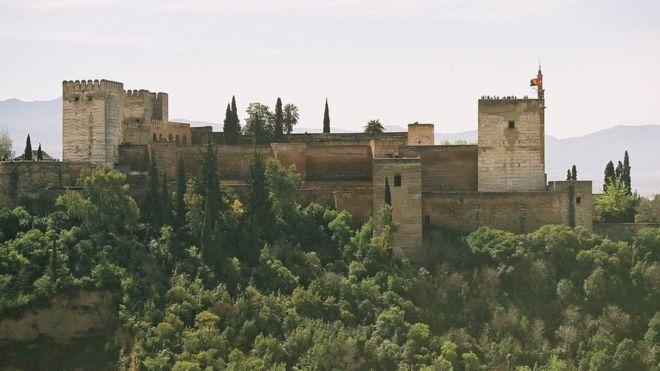 En la Alhambra residieron los últimos gobernantes del estado musulmán, en Granada, hasta su expulsión en 1492.