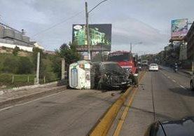 Vehículos arrollados por un camión, en Xela, quedan con severos daños. (Foto Prensa Libre: Stereo 100 Xela)