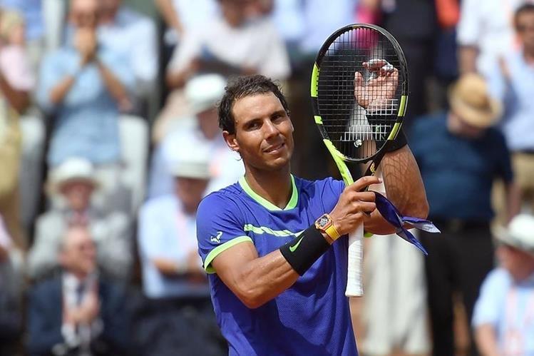 El español Rafael Nadal celebra la victoria en su debut en el Roland Garros. (Foto Prensa Libre:AFP)