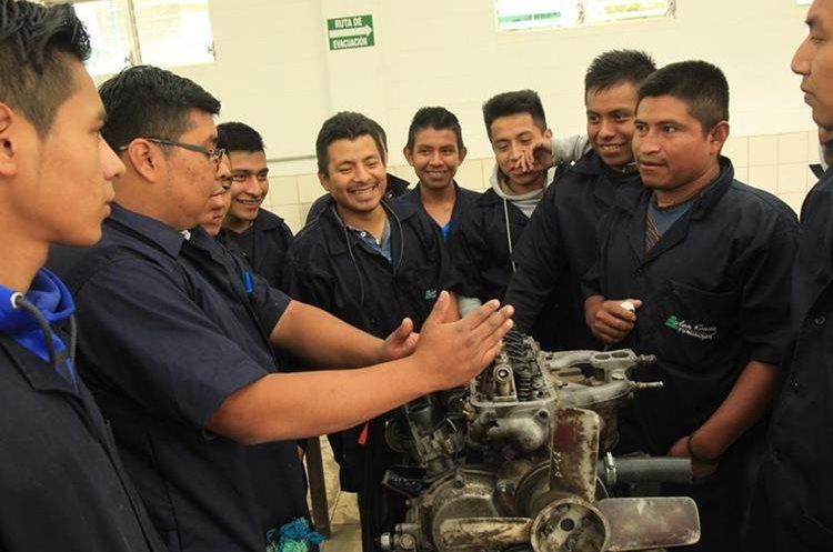 Hombres de varias comunidades de San Juan Sacatepéquez se capacitan en mecánica. (Foto Prensa Libre: Estuardo Paredes)