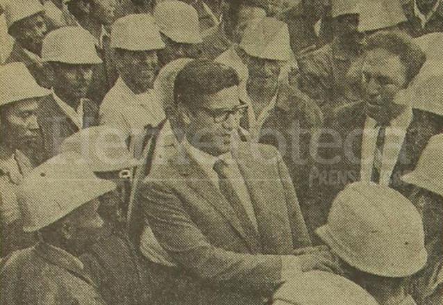 Colom Argueta comparte con empleados del servicio de limpieza de la municipalidad en 1970. (Foto: Hemeroteca PL)