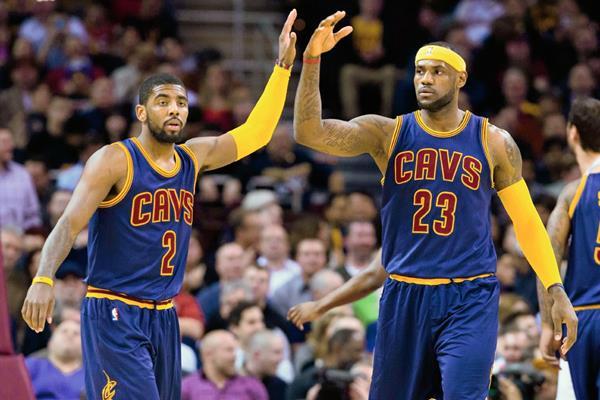 LeBron (D), encestó 27 puntos para los Cavaliers. (Foto Prensa Libre: AFP).