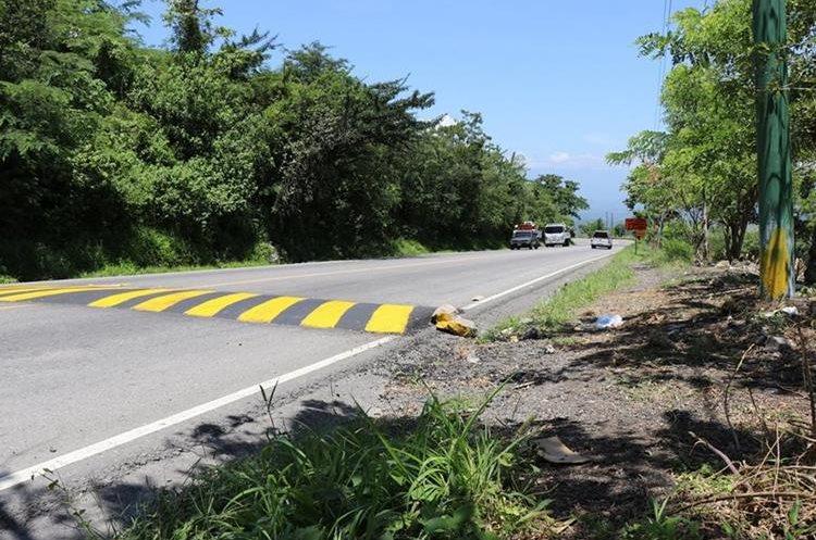 Para evitar accidentes, se instalaron túmulos; sin embargo desconocidos aprovechan para asaltar los conductores. (Foto Prensa Libre: Mario Morales)